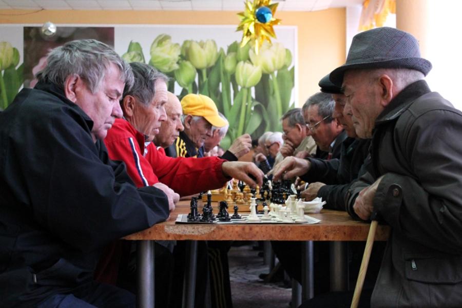 Пенсионеры собираются на шахматный турнир