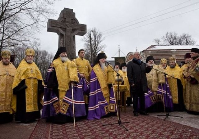 Поклонный крест в честь воссоединения