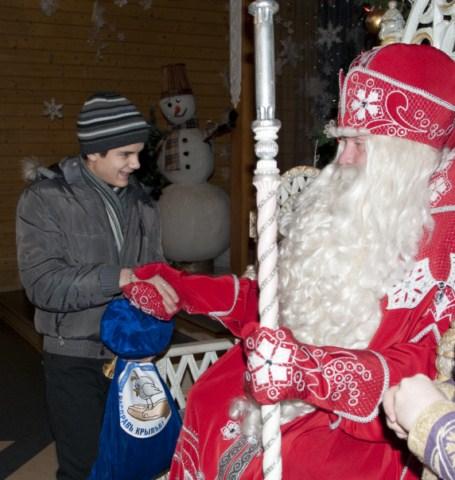 75 школьников из детских домов побывали в гостях у Деда Мороза