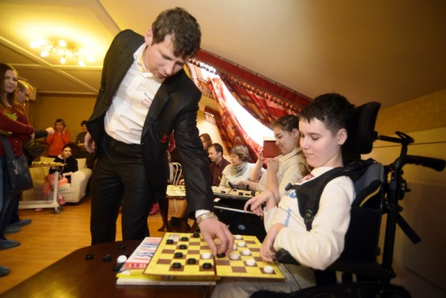В Детском хосписе играли в шашки с чемпионом