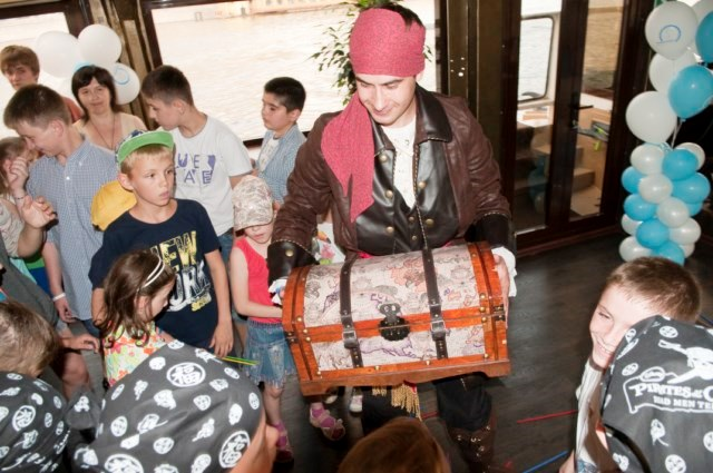 Ребята отыскали сундук с сокровищами