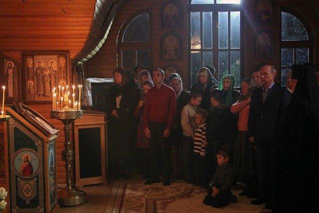 Владимир Путин поздравил православных христиан, всех граждан России, празднующих Рождество Христово.