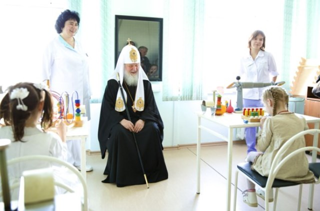 Патриарх поздравил с Пасхой пациентов центра детской психоневрологии